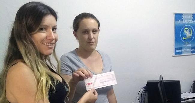 FETHESP entrega Auxílio Natalidade a trabalhadora de instituto de beleza de Bragança Paulista